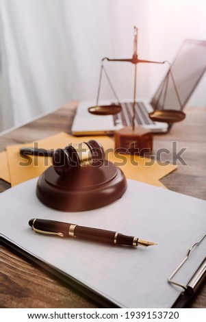 Stockfoto: Mannelijke · advocaat · werken · hamer · schalen · justitie