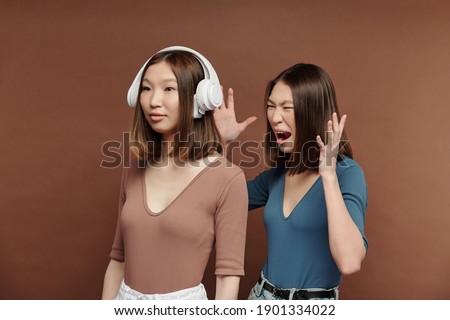 молодые брюнетка женщины наушники любимый Сток-фото © pressmaster