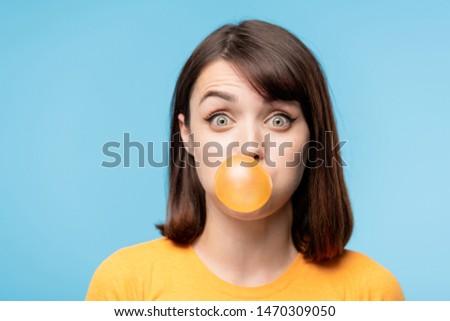 Fiatal meglepett barna hajú bámul fúj buborék Stock fotó © pressmaster