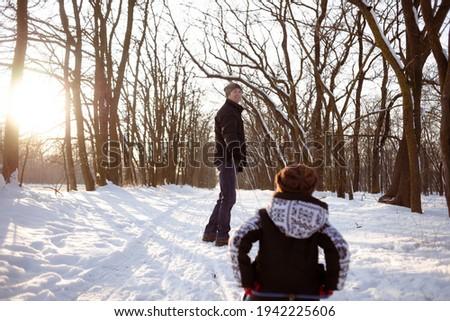 jovem · família · em · pé · paisagem · trenó - foto stock © monkey_business