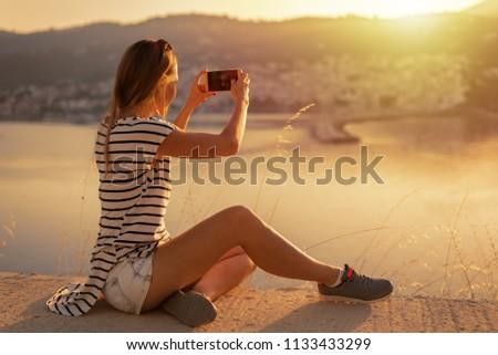 Kadın güzel dağ uçurum üst kadın Stok fotoğraf © lovleah