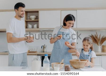 Anne baba vermek yumurta kız meşgul Stok fotoğraf © vkstudio