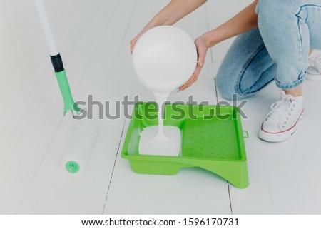 Coup méconnaissable femme blanche peinture plateau Photo stock © vkstudio