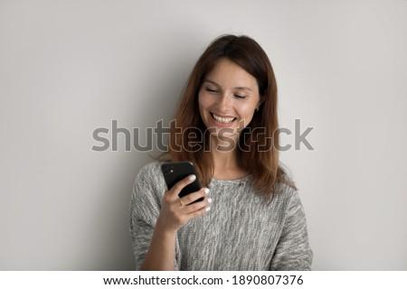 Glimlachend Rood vrouwelijke gericht moderne cellulaire Stockfoto © vkstudio
