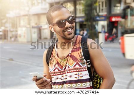 Férfi atléta zenét hallgat fülhallgató mobiltelefon teljes alakos Stock fotó © deandrobot