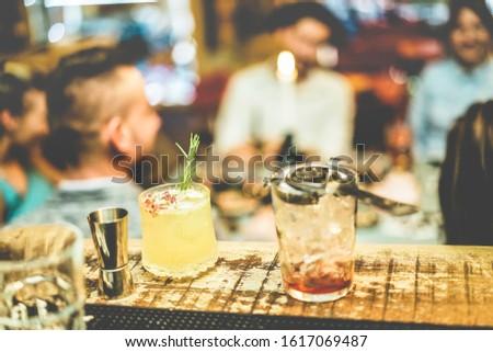 tengerpart · bár · buli · iszik · barátok · pirít - stock fotó © disobeyart