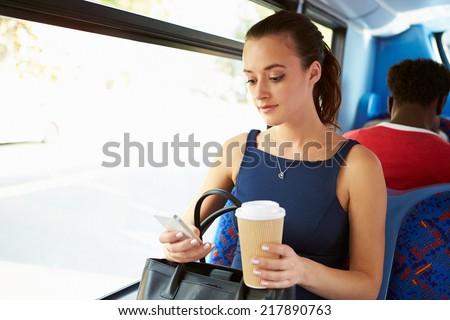 Stock fotó: üzletasszony · küldés · szöveges · üzenet · iszik · kávé · fiatal