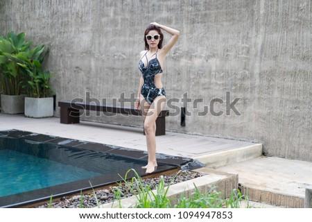 genç · kadın · ayakta · yüzme · havuzu · güzel · su · vücut - stok fotoğraf © boggy