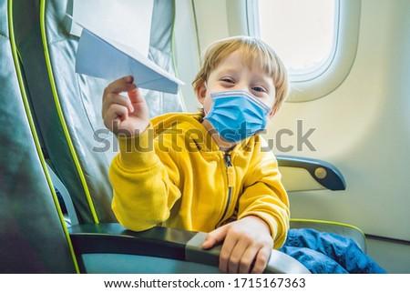 Mały chłopca grać papieru płaszczyzny handlowych Zdjęcia stock © galitskaya