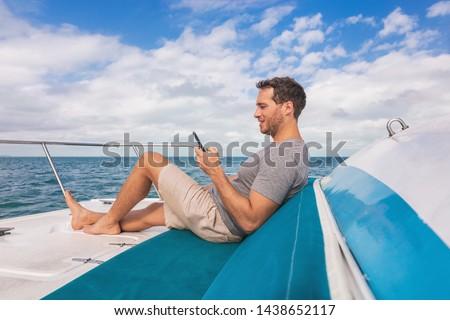 fiatalember · okostelefon · tenger · közelkép · fiatal · kaukázusi - stock fotó © maridav