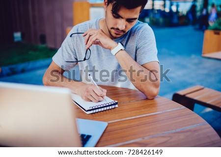 Mądry twórczej student zauważa notebooka Zdjęcia stock © pressmaster