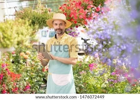érett szakállas kertész munkaruha keres online Stock fotó © pressmaster
