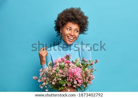 donna · sorridente · rosa · indossare · fiore · bellezza - foto d'archivio © boggy