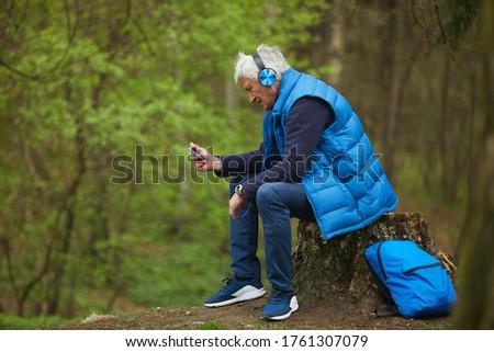 Zijaanzicht actief senior man luisteren muziek Stockfoto © wavebreak_media