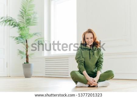 Piękna zadowolony szczupły kobieta imbir włosy Zdjęcia stock © vkstudio