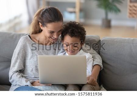 Pozitív család laptopot használ játszik játékok nappali Stock fotó © wavebreak_media