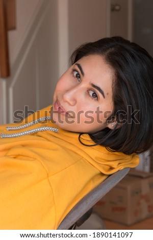 çekici genç kız oturma beyaz sandalye akıllı Stok fotoğraf © wZrokowiec