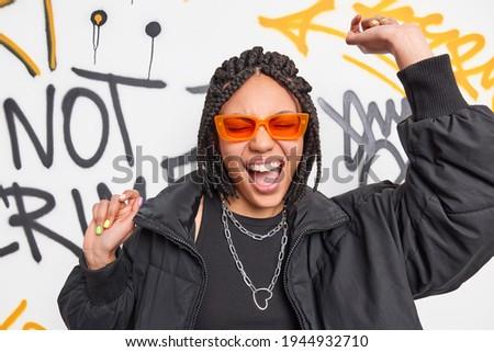 девушки Dance создают граффити стены Сток-фото © photocreo