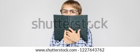 Charmant jongen shirt licht jeans grijs Stockfoto © Traimak