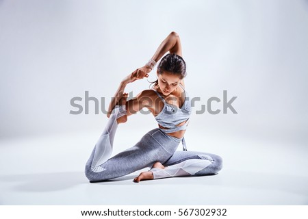 Foto d'archivio: Giovani · bella · donna · yoga · posa · isolato · grigio