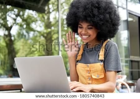 gülme · gençler · oturma · dizüstü · bilgisayar · kullanıyorsanız · park · bilgisayar - stok fotoğraf © deandrobot
