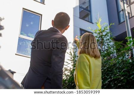 Casa corretor clientes novo apartamento olhando Foto stock © Kzenon