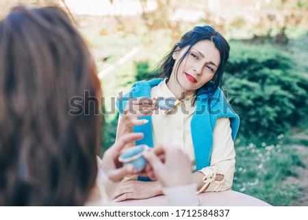 Freundlich Studenten Kaffee home Zuordnung Stock foto © pressmaster