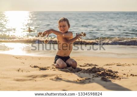 Fiú ki tengerpart homok dühroham ház Stock fotó © galitskaya