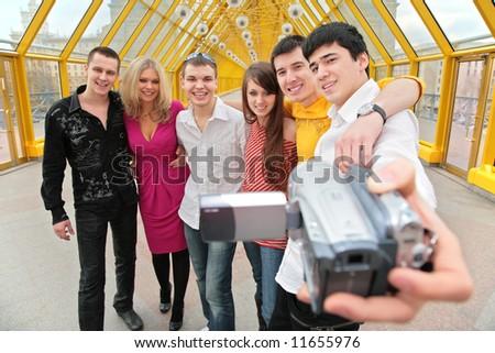Groupe jeunes personnes caméra vidéo passerelle fille Photo stock © Paha_L