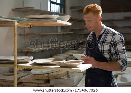 Masculino digital comprimido trabalhando cerâmica oficina Foto stock © wavebreak_media