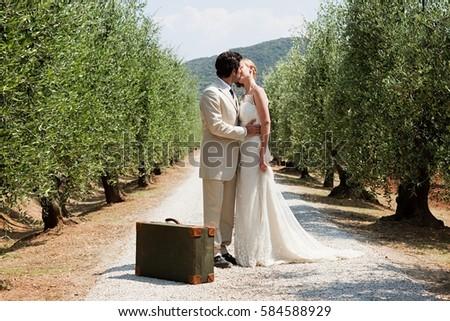 Stok fotoğraf: Yeni · evliler · öpüşme · bavul · takım · elbise · erkek