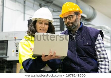 Kobieta człowiek produkcji pracownika dyskusji piśmie Zdjęcia stock © Kzenon