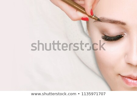Glimlachende vrouw schoonheidssalon wenkbrauw behandeling glimlach Stockfoto © Kzenon
