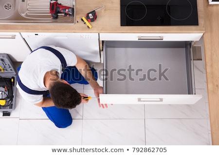 masculino · trabalhador · gaveta · cozinha - foto stock © andreypopov