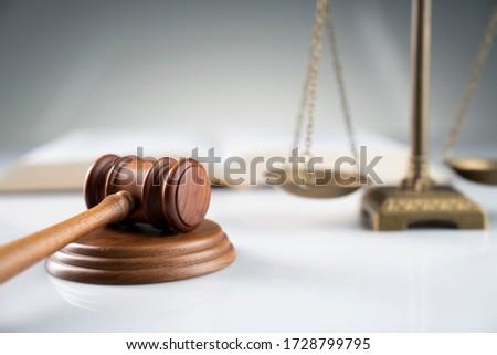 Весы правосудия молоток деревянный стол адвокат судья Сток-фото © Freedomz