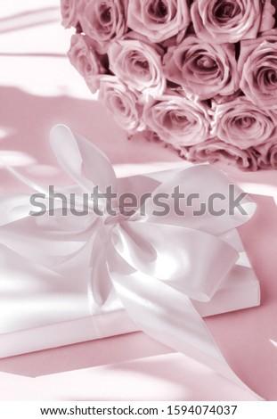 Luxus ünnep selyem ajándék doboz virágcsokor rózsák Stock fotó © Anneleven