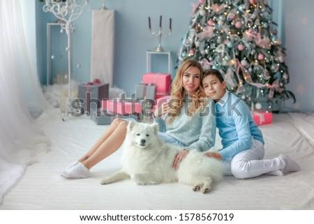 Hermosa madre pálido azul vestido hijo Foto stock © ElenaBatkova