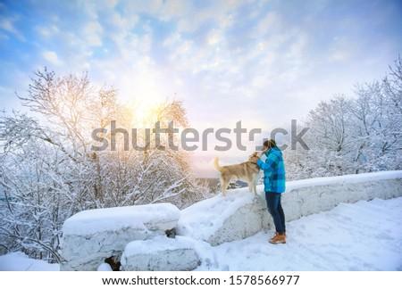 Man warm kleding hond berg weg Stockfoto © ElenaBatkova