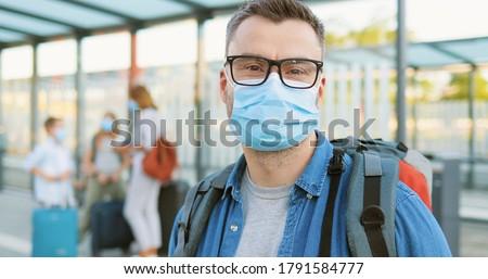 Mãe filho médico máscara rua olhando Foto stock © galitskaya