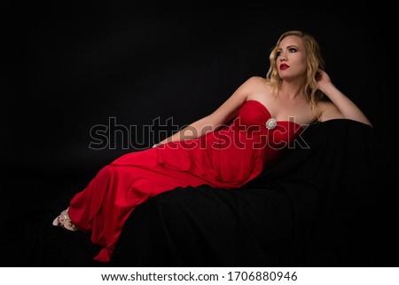 Portre güzel sarışın kadın siyah elbise gül gül yaprakları Stok fotoğraf © pekour