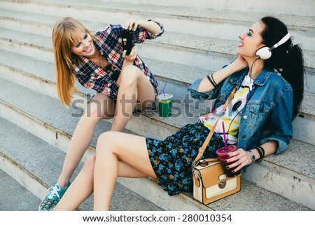 Glimlachend fotograaf foto's vrouw trap Stockfoto © deandrobot