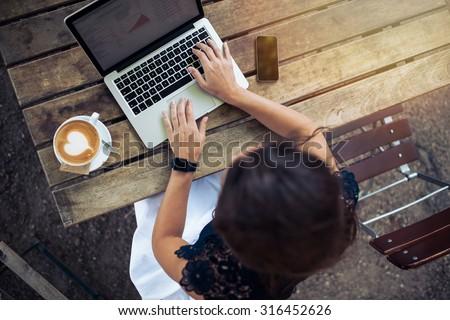 Jeune femme séance café potable café surf Photo stock © boggy