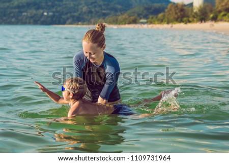 Foto stock: Mulher · natação · instrutor · crianças · ensino