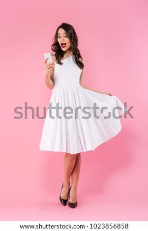 Młoda kobieta odizolowany różowy telefonu komórkowego Fotografia Zdjęcia stock © deandrobot