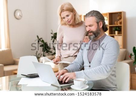Stock fotó: Boldog · érett · pár · néz · laptop · kirakat