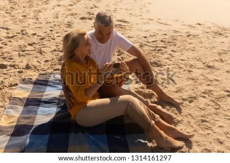 widok · z · boku · aktywny · starszy · kobieta · zdjęć · telefonu · komórkowego - zdjęcia stock © wavebreak_media
