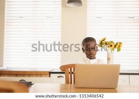 Vedere african american băiat folosind laptop masa Imagine de stoc © wavebreak_media