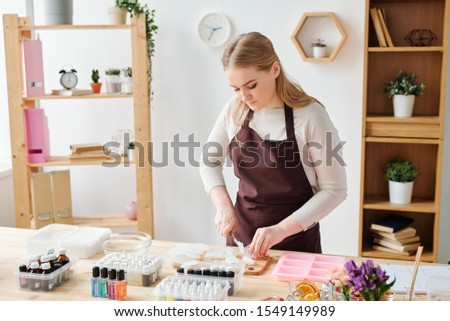 Jovem criador mulher loira marrom avental Foto stock © pressmaster