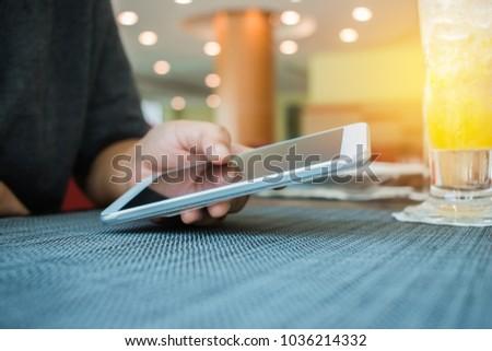 Main contemporain femme d'affaires smartphone organigramme Photo stock © pressmaster