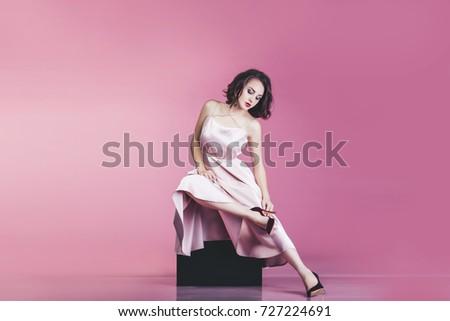 Karcsú lábak fiatal nő fekete csillogó mini Stock fotó © pressmaster